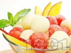 Плодова салата от диня и пъпеш с джинджифилов сироп - снимка на рецептата